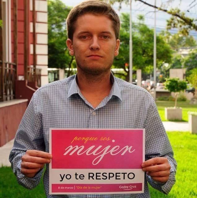 Mastrángelo apoyando la campaña a favor del respeto hacia la mujer, realizada por la Municipalidad de Godoy Cruz en marzo de este año.