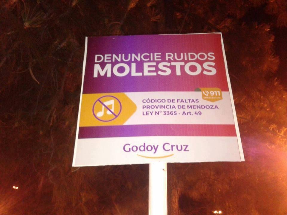 Carteles en el Departamento de Godoy Cruz.
